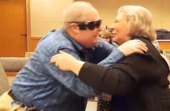 Un oeil bionique permet à un aveugle de voir sa femme
