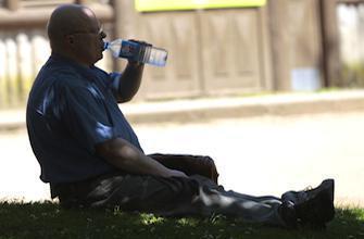Vague de chaleur : les villes s'organisent pour protéger les seniors