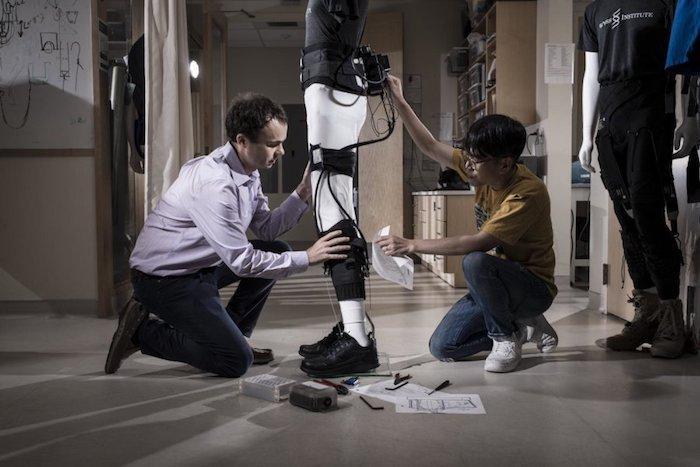 AVC: un exosquelette pour compenser les séquelles motrices