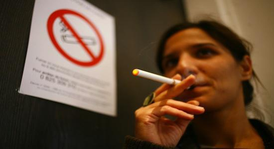 La cigarette électronique séduit les usagers, pas les médecins