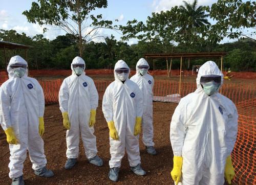 Ebola : polémique sur la mise en quarantaine des soignants