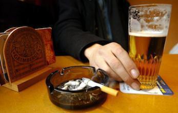 Les lois anti-tabac ont fait baisser la consommation d'alcool