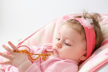 Bébés : risque de strangulation avec des colliers d'ambre