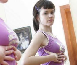 Les adolescentes perturbées par une poitrine disproportionnée