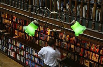 Des traces de cocaïne et d'herpès sur des livres de bibliothèque
