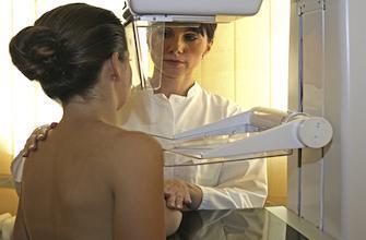 Cancer du sein : faut-il se faire dépister avant 50 ans ?