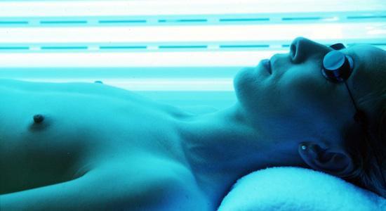 Cabines de bronzage : les dermatologues favorables à l'interdiction