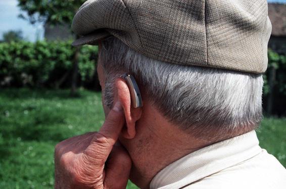 Les prothèses auditives contribuent à retarder le déclin cognitif