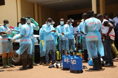 Ebola : pourquoi le nombre de cas risque d'exploser en un mois