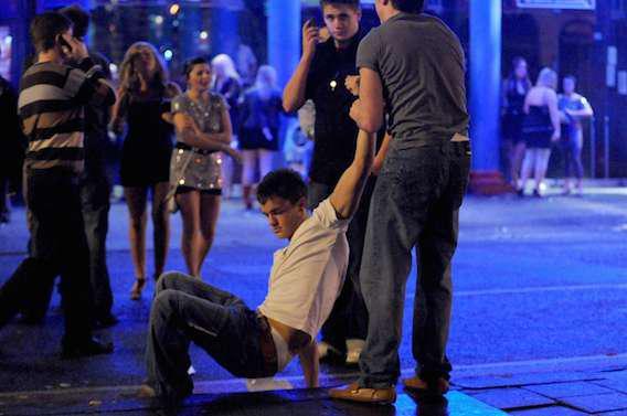Alcool : le binge drinking altère la structure du cerveau et ses performances