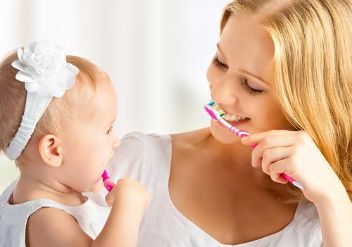 Hygiène bucco-dentaire : celle des parents influence celle des bébés