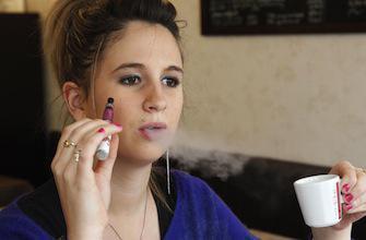 Marisol Touraine veut interdire la e-cigarette dans les lieux publics