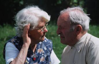 Avec l'âge, la perte d'audition et de vision altèrent la vie sociale
