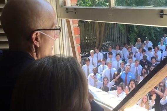 Cancer : 400 élèves soutiennent leur professeur en chantant