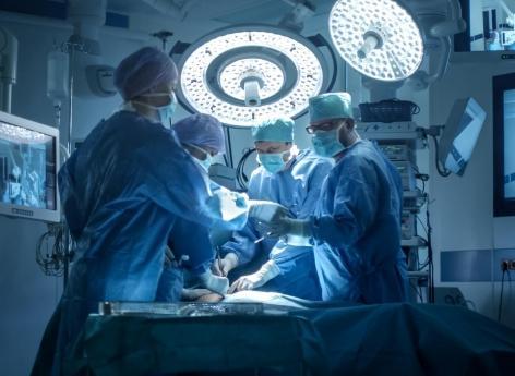 Si vous êtes âgé et que votre chirurgien fête son anniversaire, reportez l'opération !
