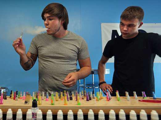 E-cigarette : des arômes au goût trop attractifs