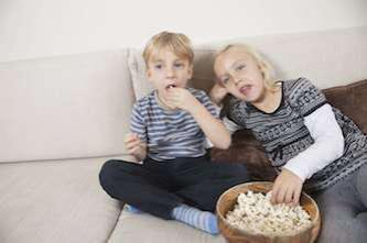 Grossesse : manger en regardant la télé expose l'enfant au surpoids