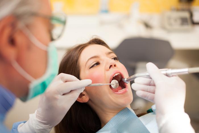 Dentiste : prescrire des antibiotiques favorise la résistance bactérienne