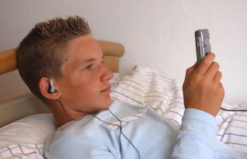 Les ados accros aux smartphones... même la nuit