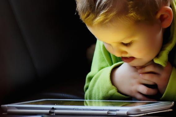 Les parents recourent souvent aux tablettes pour calmer les enfants