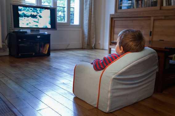 Les bébés accros à la télé sont plus à risques de harcèlement à 6 ans