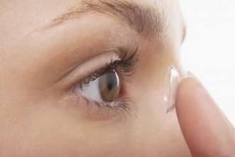 Lentilles non nettoyées : une étudiante devient aveugle