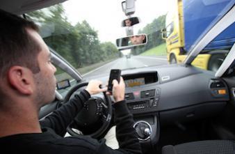 Sécurité routière : les dangers du SMS au volant sous l'oeil de Mathieu Amalric