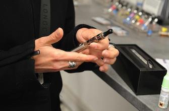 Cigarette électronique : les ados américains en raffolent