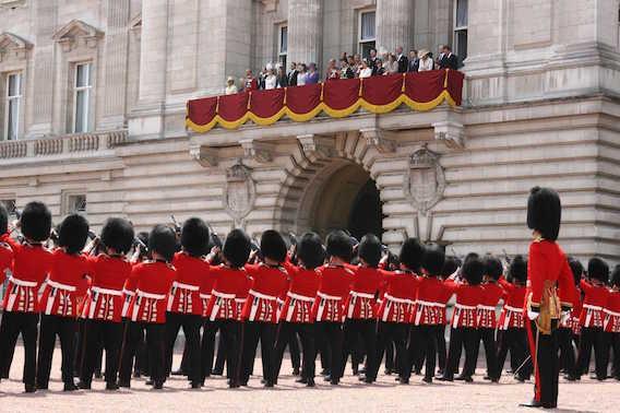 Un garde royal s'évanouit lors du 90e anniversaire de la reine