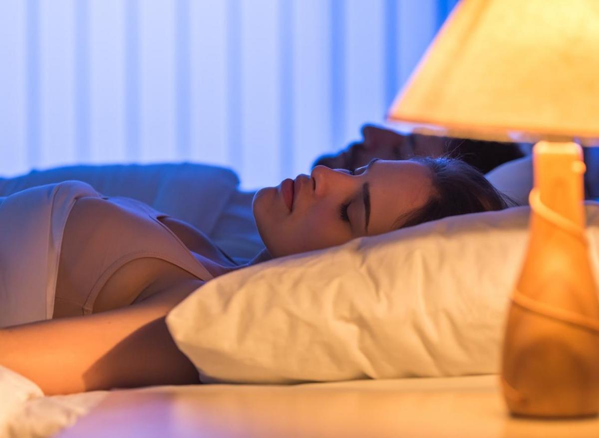 Poids La Les Avec Une Chez Favorise De Allumée Dormir Lumière Prise 4jL5ARq3