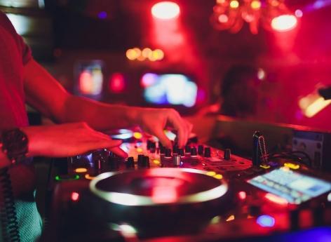 """Covid-19 : pourquoi les discothèques vont rouvrir en """"aveugle"""""""