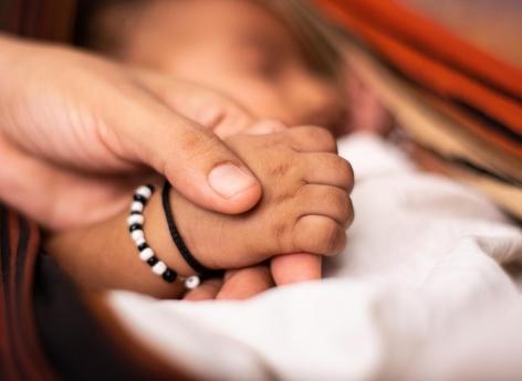 Inde: un bébé naît vivant après s'être développé dans un ovaire