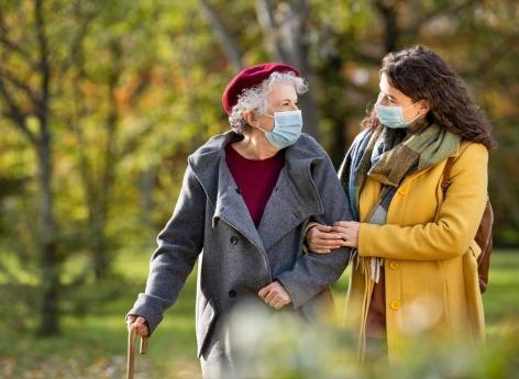 Covid-19 : comment expliquer la baisse des hospitalisations des patients de plus de 75 ans ? - Pourquoi Docteur ?