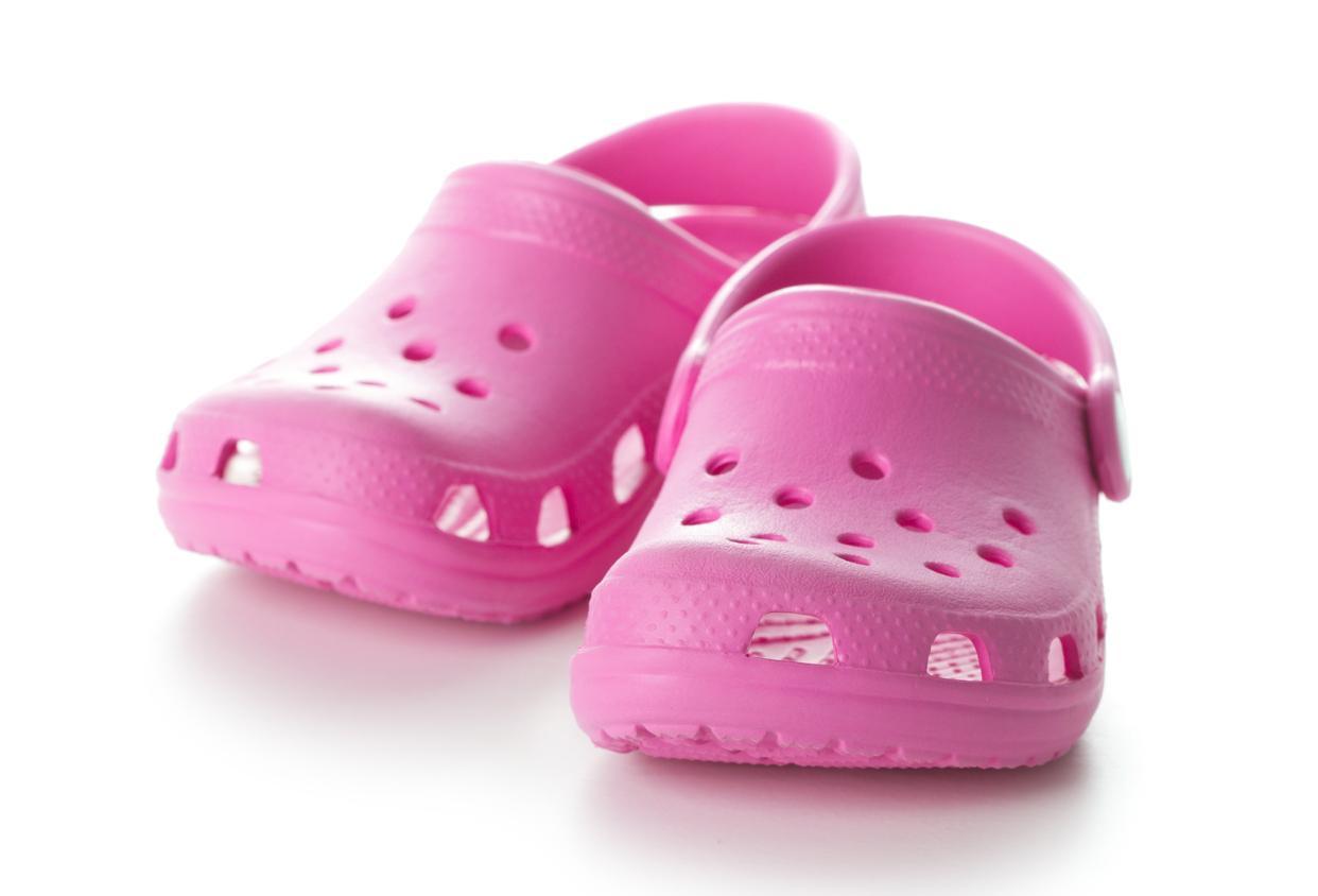 Porter des Crocs au quotidien, c'est vraiment mauvais pour les pieds
