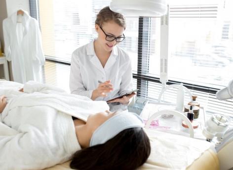 Nouvelle guerre entre dermatologues et esthéticiennes : les dangers de l'épilation définitive