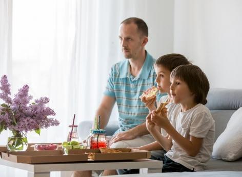 Rendez service à vos enfants, coupez la télé à l'heure des repas !