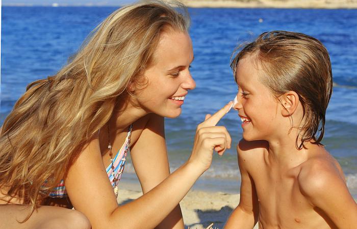 Les crèmes solaires enfant ne sont pas plus protectrices