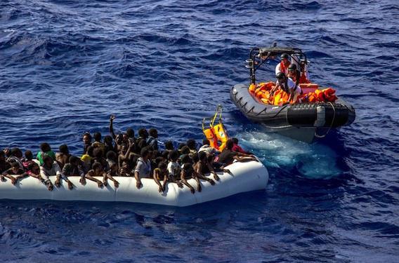 Maltraitance : des migrants obligés de boire de l'essence
