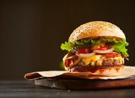 Etats-Unis : le mystère du burger qui provoquerait les accouchements