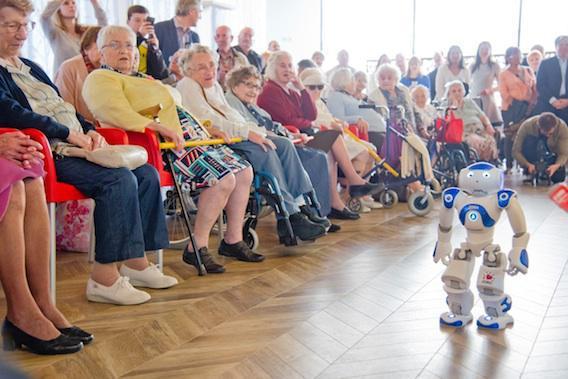 Animateur, coach, confident : le robot Nao séduit les seniors