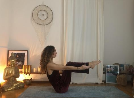 5 postures de yoga pour bien vivre la ménopause - Pourquoi Docteur ?