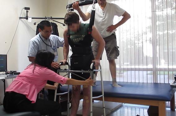 Cerveau : un paraplégique fait quelques pas grâce à des électrodes