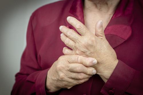 Polyarthrite rhumatoïde : les patients cachent leurs plaintes à leur médecin