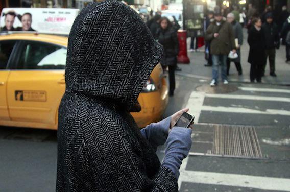 Plus d'un Français sur deux utilise son smartphone en traversant la rue
