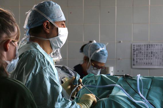 Smartphone au bloc opératoire : les chirurgiens se défendent