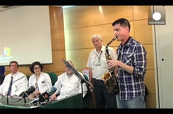 Cerveau : un homme joue du saxophone pendant son opération