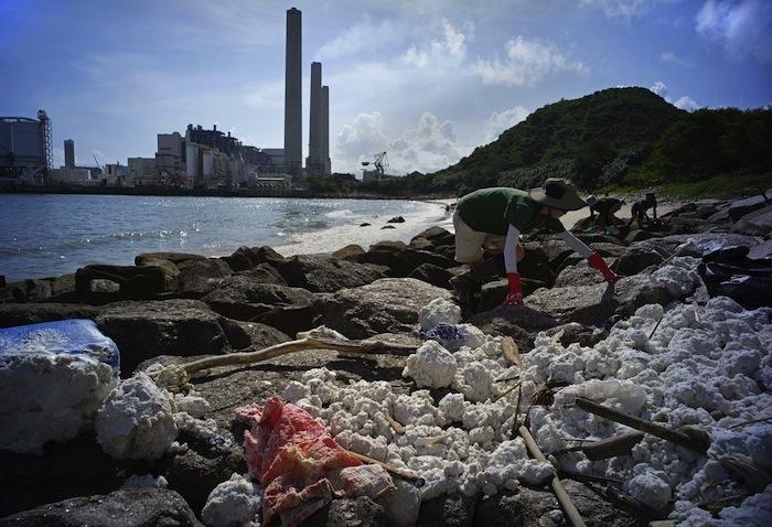 Hong-Kong : plages fermées après une marée blanche d'huile de palme