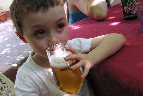 Alcool : les enfants de trois ans, déjà fins connaisseurs