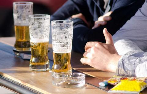 La forme du verre influence la quantité d'alcool bue