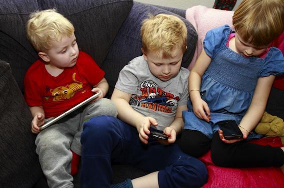 Les enfants jouent avec les smartphones à six mois